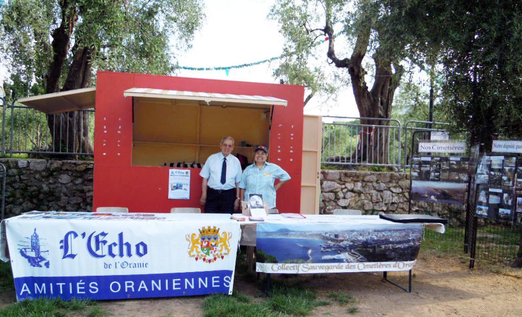 René Roman et Nicole Botella sur le stand Écho de l'Oranie / CSCO